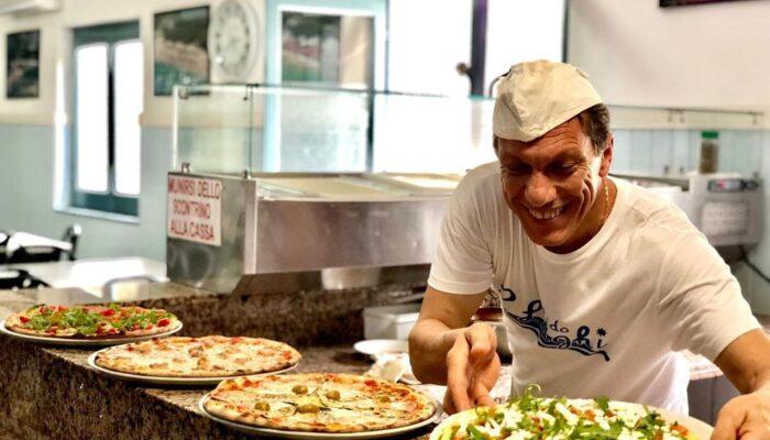 Il sorriso del nostro pizzaiolo al servizio del cliente