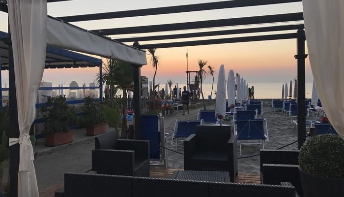 Salottino del bar sulla spiaggia 2laghi